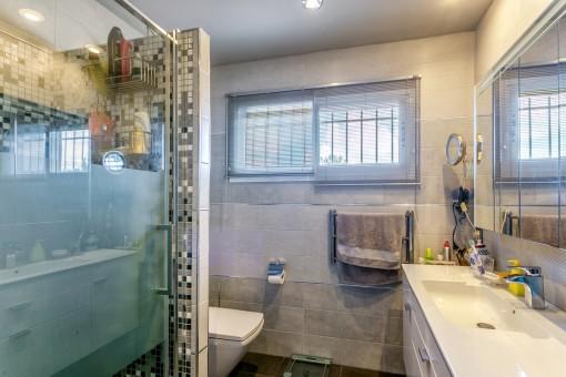 Dormitorio principal con ducha atractiva