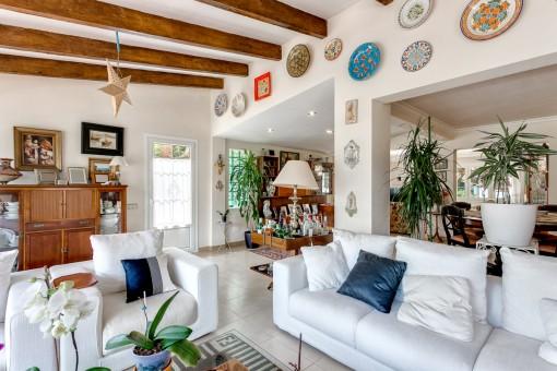 Amplia sala de estar con varias zonas de estar