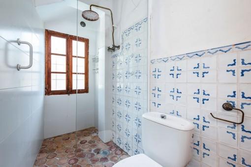 Baño con ducha y baldosas mallorquinas