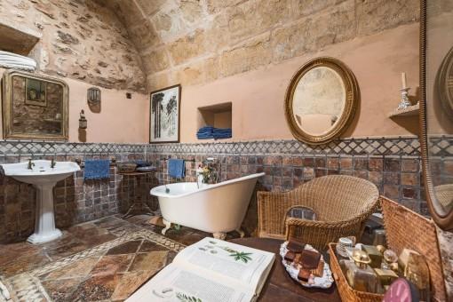 Baño original con baldosas de piedra y techo arqueado