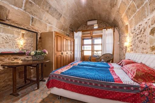 Rústico dormitorio doble con armarios empotrados