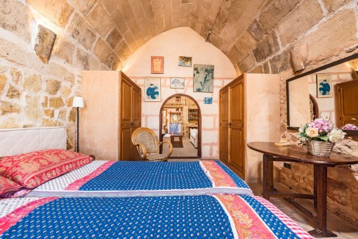 También el dormitorio tiene un techo arqueado de piedra