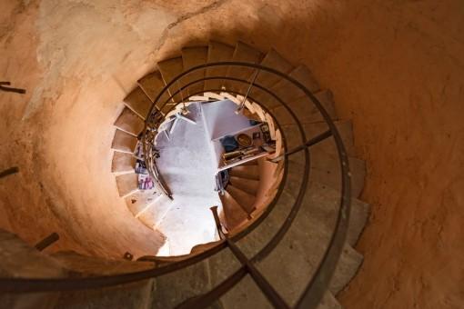 Una escalera caracol del torre sube a 3 plantas