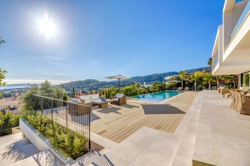 Amplia terraza con piscina infinita