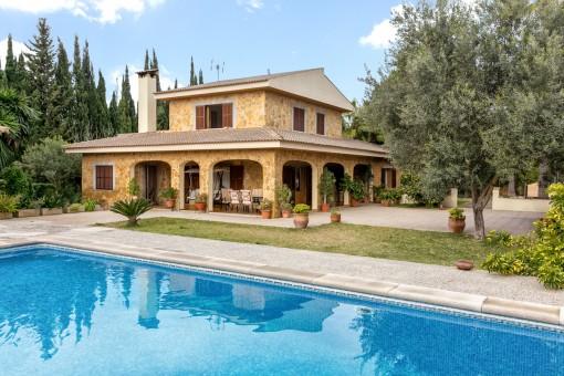 Chalet con un jardín mediterráneo, piscina y licencia de alquileres turísticos a sólo 7 min. de Pollença