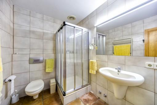Amplio baño con ducha