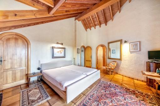 Acogedor dormitorio principal con baño en suite y vestidor