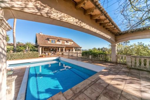 Alrededor de la piscina hay 2 apartamentos
