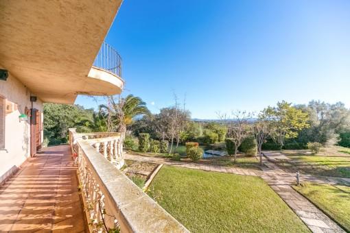 El chalet ofrece varias terrazas y un jardín precioso con maravillosas vistas