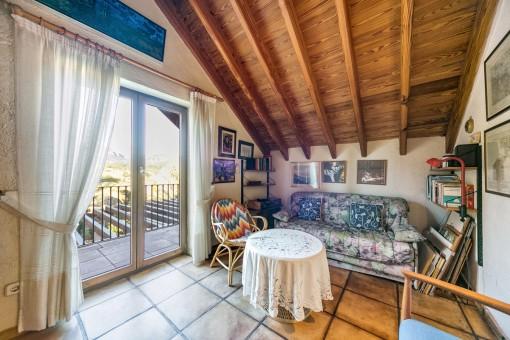 Zona de estar con acceso a un balcón pequeño