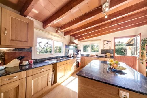 Cocina amplia y totalmente equipada con vigas de madera
