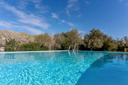 Vistas maravillosas desde la piscina a las montañas de Tramuntana