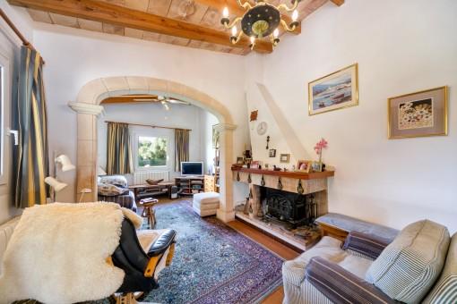 Sala de estar agradable con chimenea para los días más fríos