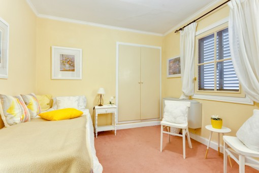 Dormitorio agradable con armario empotrado