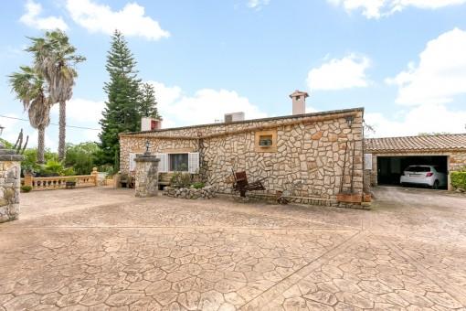 La casa mediterránea ofrece también un garaje