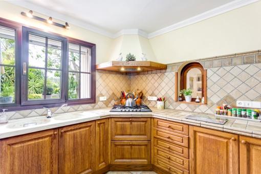 Estupenda cocina rústica con armarios de madera