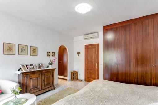 El tercer dormitorio con amplio armario y aire aconditionado