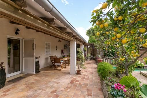 Vista alternativa de la preciosa terraza con zona de asientos y jardín
