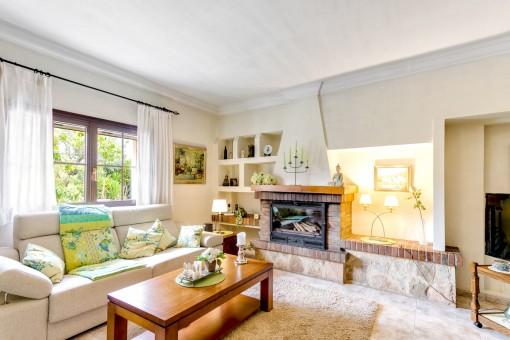 Acogedora sala de estar con chimenea para días de invierno