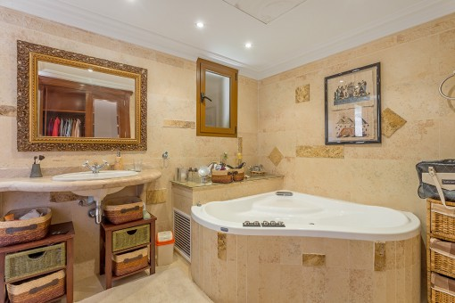 Baño principal con gran bañera de hydro masaje