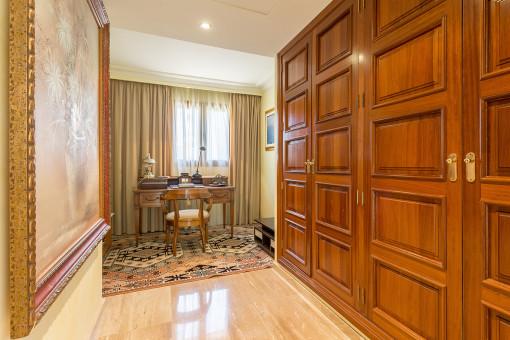 Otra oficina con amplios armarios empotrados