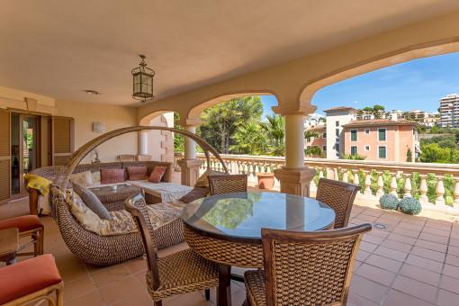 Terraza cubierta con zona de relax y comedor