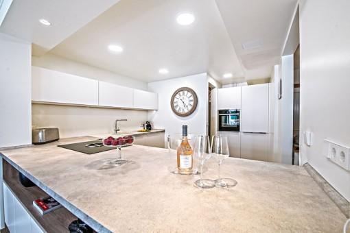 La cocina de lujo está equipada con buenos electrodomésticos