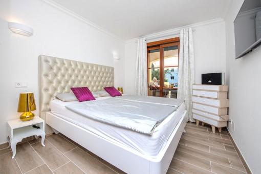 Confortable dormitorio doble con acceso a la terraza