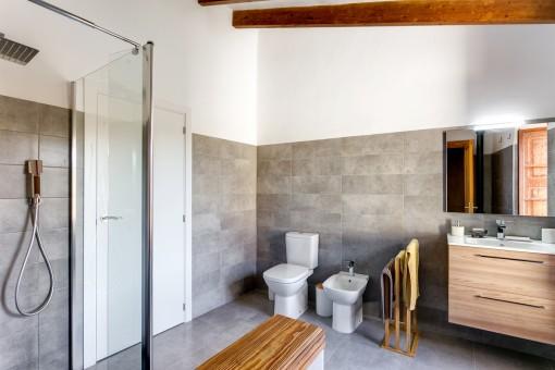 Hermoso baño con ducha y lavabo