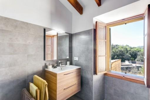 Baño moderno con vistas