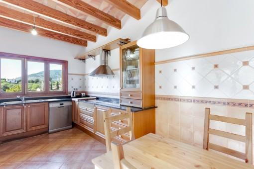 Fantástica cocina con amplias ventanas y vistas