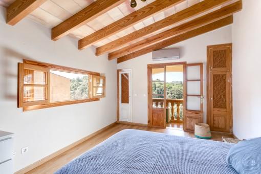 Dormitoro inundado de luz con balcón