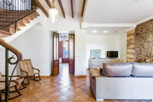 Agradable sala de estar con pared de piedra y chimenea