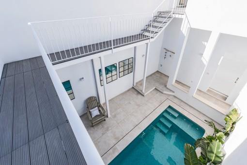 Vistas desde el balcón al precioso patio con piscina