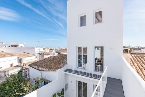 La casa ofrece varias terrazas en todas las partes