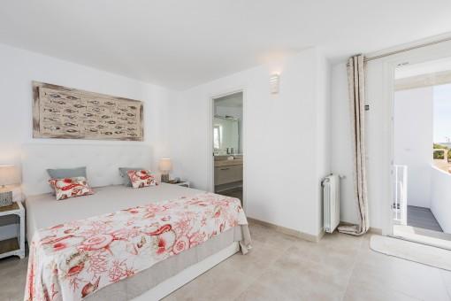 La casa ofrece en total 2 dormitorios confortables