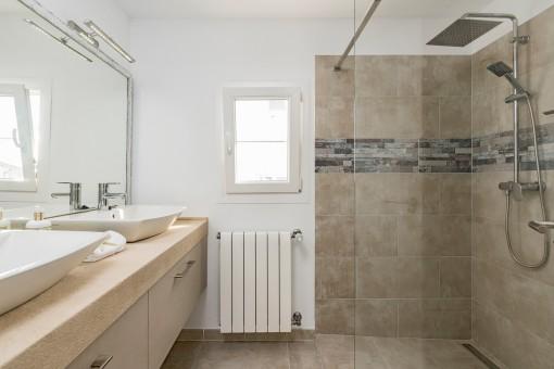 Baño en suite con ducha a nivel de suelo