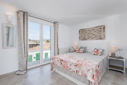 Acogedor dormitorio doble con acceso al balcón