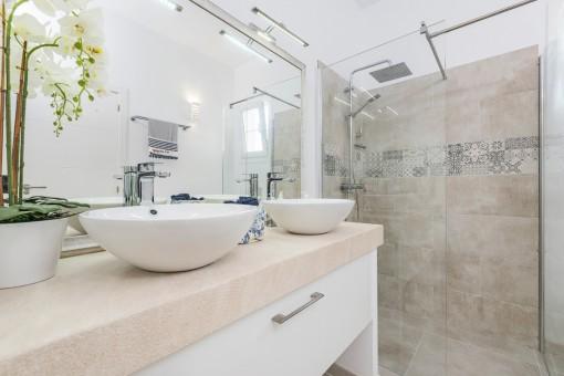 Baño moderno con ducha a nivel de suelo