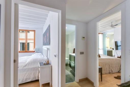 Acogedor corridor con acceso a los dormitorios