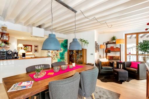 Luminosa sala de estar con comedor