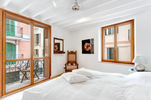 Confortable dormitorio con ventanas de madera y doble acristalamiento