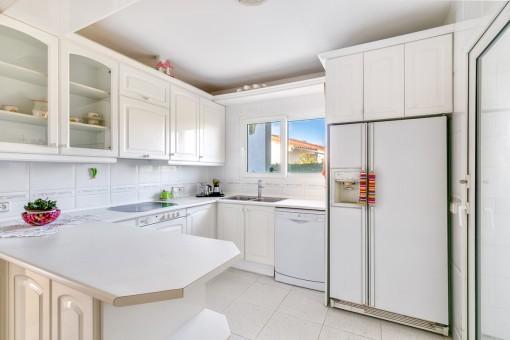 Cocina totalmente equipada en color blanco