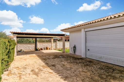 El chalet ofrece un garaje para 2 coches y un carport