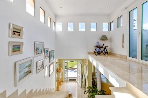 Galería luminosa con acceso al balcón