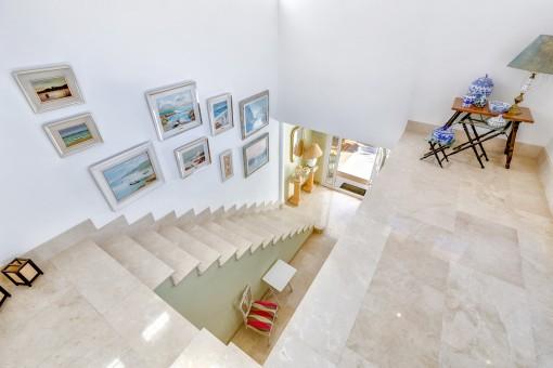 Una escalera impresionante lleva a la planta superior