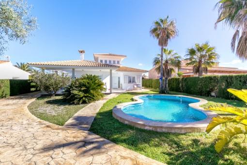 Maravilloso jardín con piscina