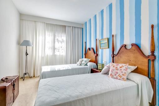 Hermoso dormitorio con 2 camas individuales