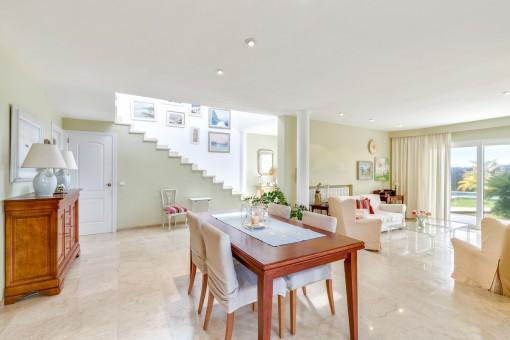 La sala de estar inundada de luz tiene acceso a la terraza