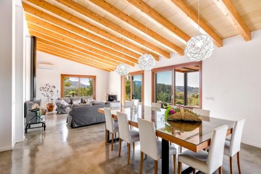 Abierta sala de estar con comedor